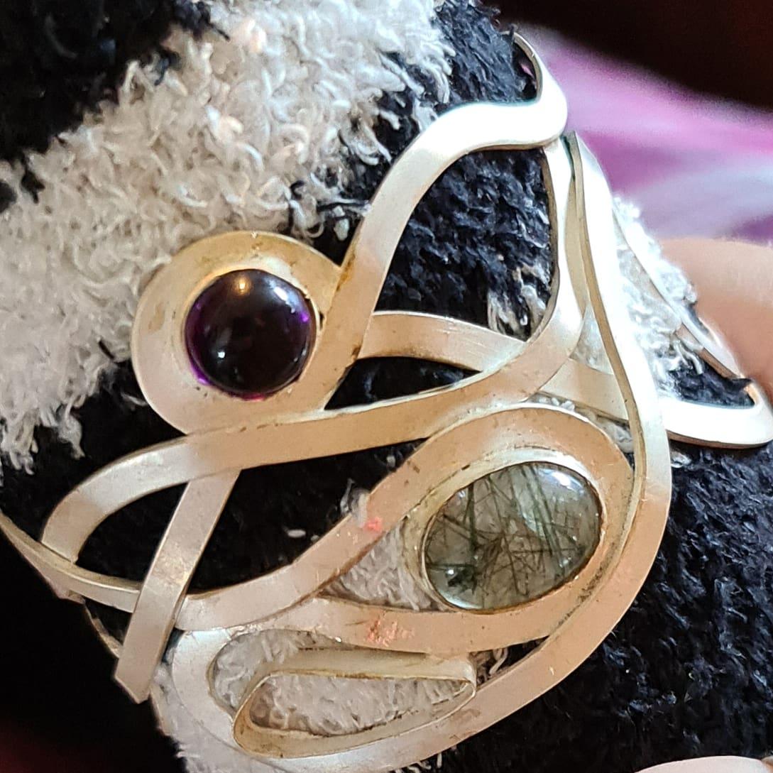 Setting gemstones in cuff